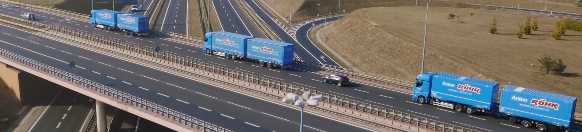 Eine Kolonne von drei Roehr-Lkws unterwegs auf einer polnischen Autobahn.